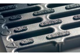 Render de la reja para canal HEXALINE 100, reja pasarela con microgrip en polipropileno (PP) color negro de dimensiones L998 A118 H22 con sistema de fijación por clip, clase de carga A15.
