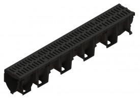 Render del conjunto de canal XTRADRAIN 100 L1000 H150 en composite plásico con premarca para salida vertical DN/OD 110 y reja pasarela en fundición B125 con sistema de fijación Drainlock