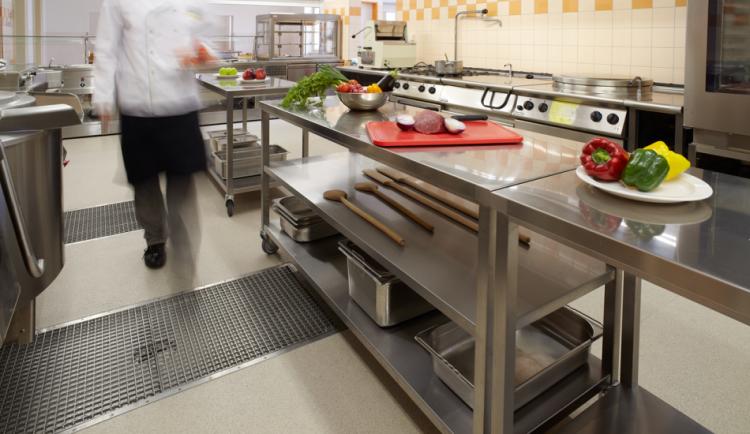 Canal BOX HF en cocina industrial con persona
