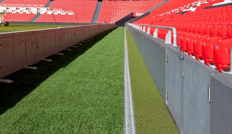 Canal N 100 Sport con reja pasarela de acero galvanizado en el estadio del San Mames en Bilbao
