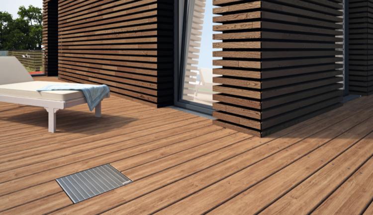 Canal y sumidero PROFILINE en la terraza de una casa con parquet flotante