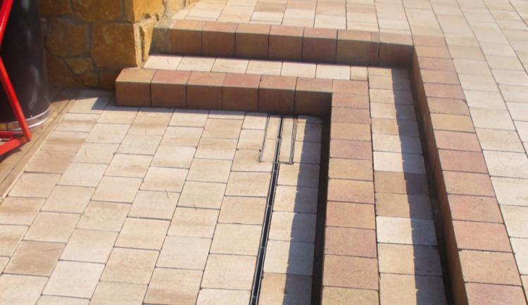 Reja brickslot-T para el canal SELF en unas escaleras
