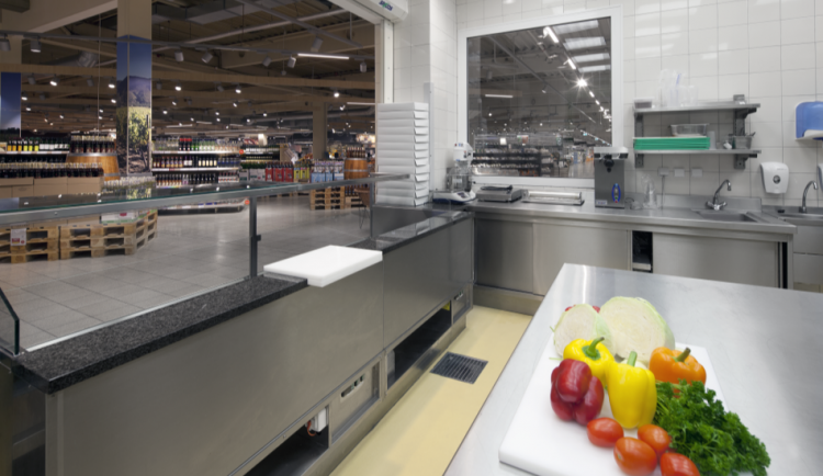 Sumidouro EG com grelha de barras antiderrapantes na cozinha de um supermercado