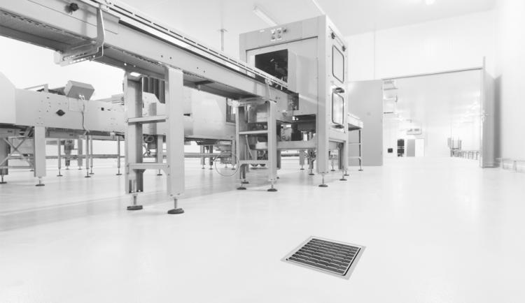Sumidero EG con reja de barras antideslizantes en una industria embotellado