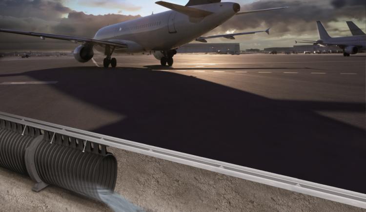 Instalação de um canal QMAX 900 na pista de um aeroporto