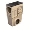 Render do sumidouro completo para o canal S 150 L500 H620 em betão polímerico, com grelha passarela em fundição F900, sistema de fixação por parafusos, pré-formas laterais quebráveis L-T-X e junta labiolaberíntica DN/OD 200, com cesto.