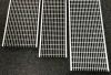 Render de la reja para canal MULTIDRIAN/MULTILINE/XTRADRAIN 150, reja entramada Q+ 30X10 en acero galvanizado de dimensiones L1000 A173 H20 con sistema de fijación Drainlock, clase de carga D400.